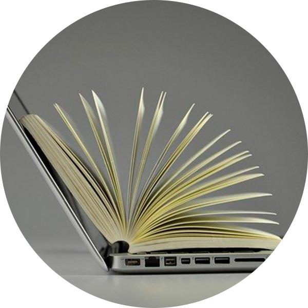 computador portátil con libro abierto